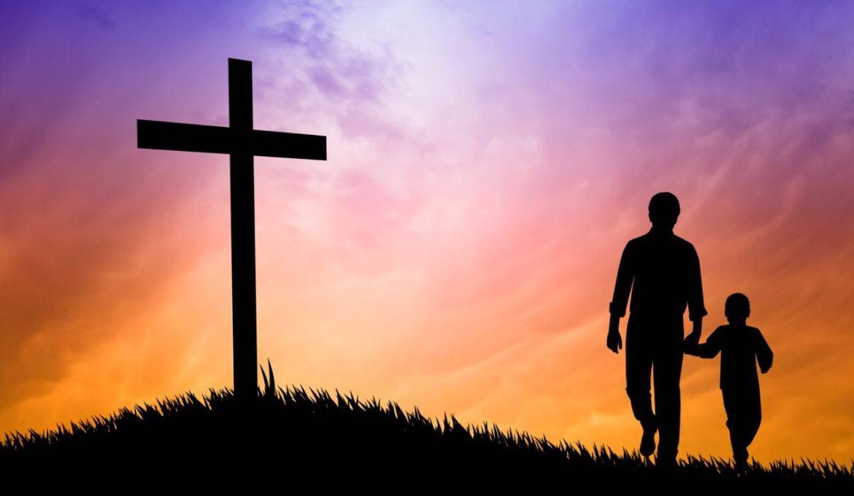 Pai-e-filho-diante-da-cruz